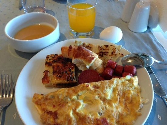 Charisma De Luxe Hotel: Breakfast, omelet is made to order