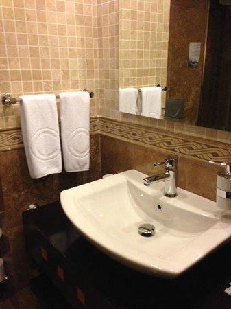 Charisma De Luxe Hotel: Bathroom sink
