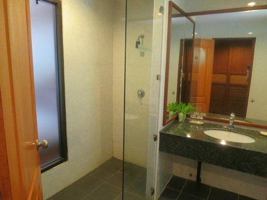 Krabi Tipa Resort: Bathroom / shower