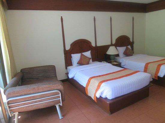 Krabi Tipa Resort: Beds & sofa