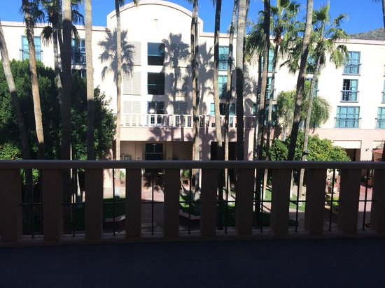 Tempe Mission Palms Hotel and Conference Center : Hotel center courtyard-2nd floor balcony View