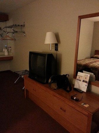 Good Nite Inn Rohnert Park: TV and dresser