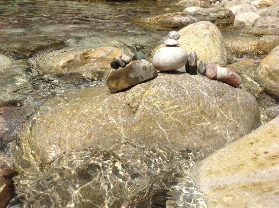 D&M Apartmani : каменистый пляж