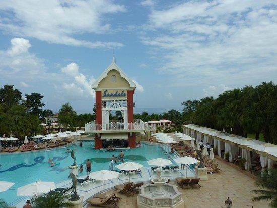 Sandals Ochi Beach Resort: Large Pool Area