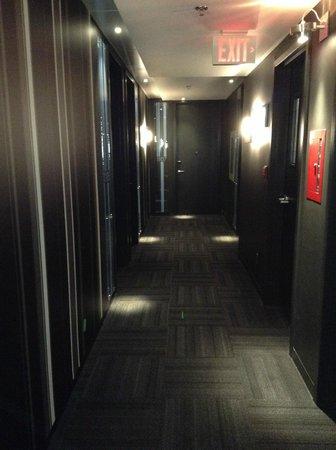 Alt Hotel- Toronto Airport: Room floor hallway