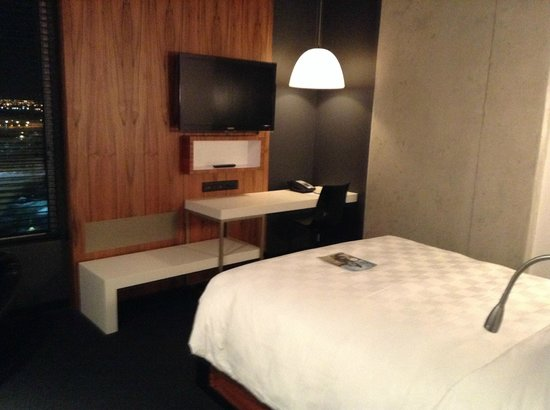 Alt Hotel - Toronto Airport: Wall-mounted flat screen