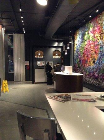 Alt Hotel - Toronto Airport: Reception desk