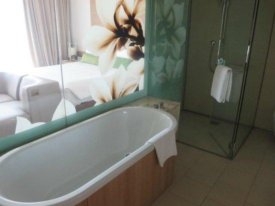 Crowne Plaza Changi Airport : Bathroom