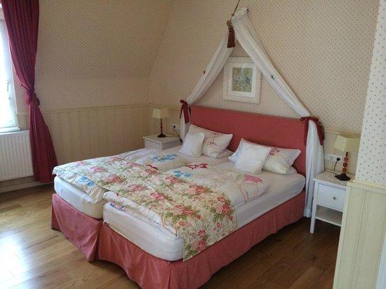 Märchenhotel: Gemütliches Bett im Schmetterlingszimmer