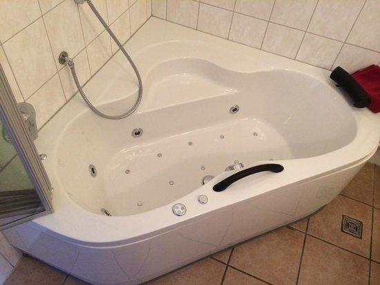 Märchenhotel: Whirlpool im Bad des Schmetterlingszimmers