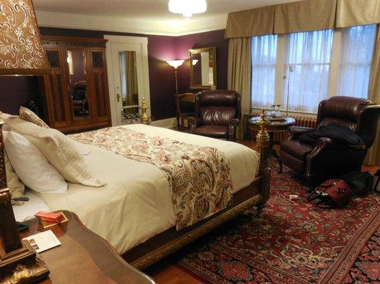 Abbeymoore Manor Bed and Breakfast Inn : Master Bedroom