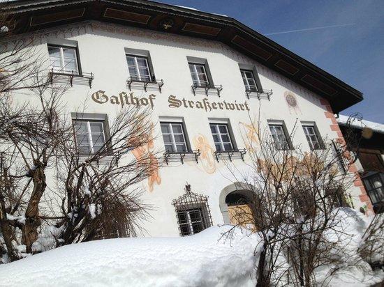 Strasserwirt Herrenansitz zu Tirol: Schöne Frontansicht