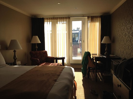 Portland Regency Hotel & Spa: Room 405, with natural light.