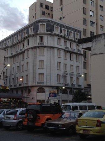 Hotel Monte Alegre: Fachada do hotel, foto tirada do estacionamento do supermercado.