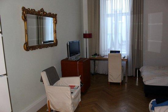 Hotel Das Weitzer: Flatscreen, Arbeitsbereich, grosses Fenster