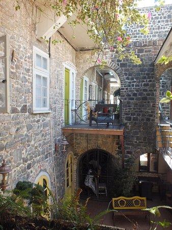 The Cobblestone Inn: Inside courtyard