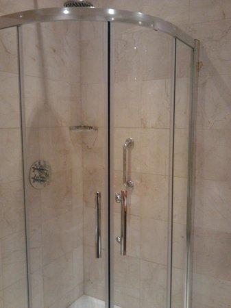 Kilronan Castle Estate & Spa: Shower suite 402