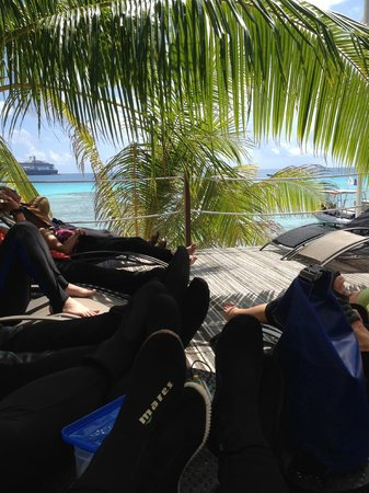 TOPDIVE Rangiroa: Hanging out in between dives!!