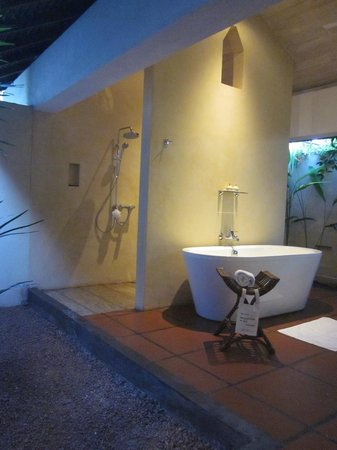Jetwing Lagoon: The lovely outdoor bathroom