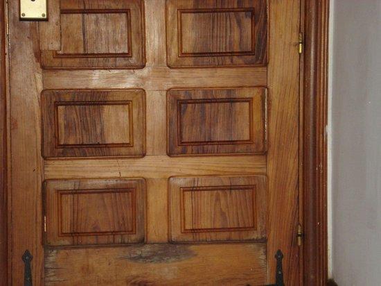 Island Village Apartments: gaps in door