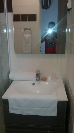 Hotel Clairefontaine: El lavabo. Bien en limpieza