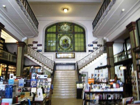 PV Restaurante Lounge: A livraria com escada de acesso ao fundo.