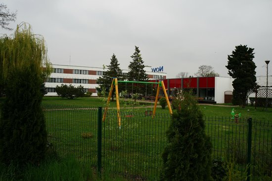 Novotel Wroclaw City: Отель и детская площадка