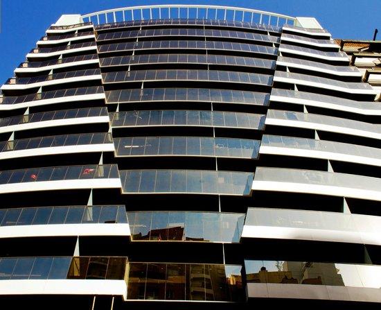 AT Suites: Entrada edificio