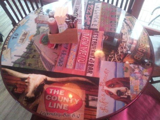 BBQ Longhorn Smokehouse: Aufwändig dekorierte Tische.