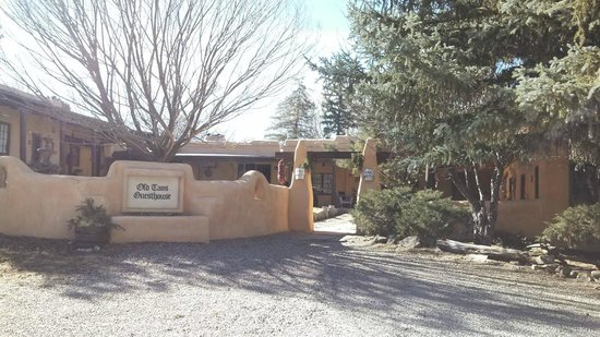 Old Taos Guesthouse B&B: View entering the grounds
