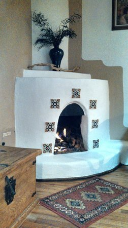 Old Taos Guesthouse B&B : Fireplace in our room.