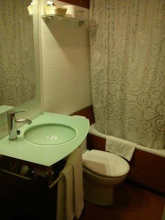 Hostal Santillan: bañera y lavabo