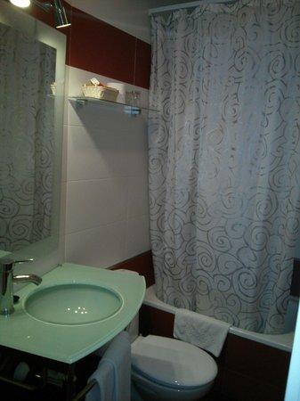 Hostal Santillan: bañera y repisa