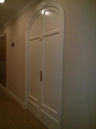Hostal Santillan: Puerta entrada a nuestra habitación, preciosa!