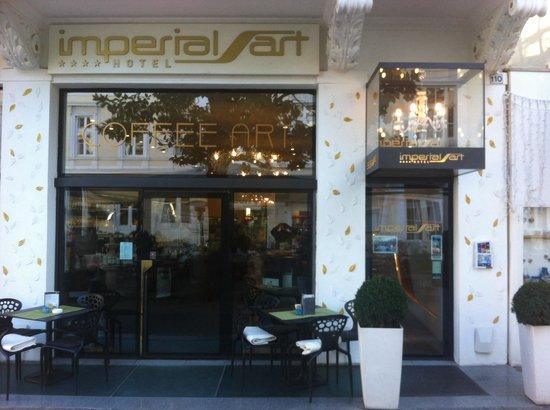 Hotel ImperialArt: l'ingresso con l'attiguo caffè pasticceria