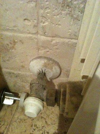 Residence La Corte: particolare del termosifone in bagno