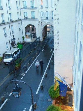 Staycity Aparthotels Gare de l'Est : Visão que tínhamos da rua, a partir da nossa janela.