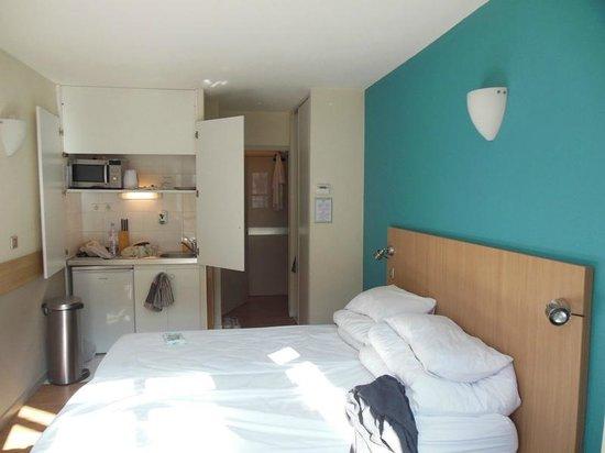 Staycity Aparthotels Gare de l'Est: Quarto com mini-cozinha.