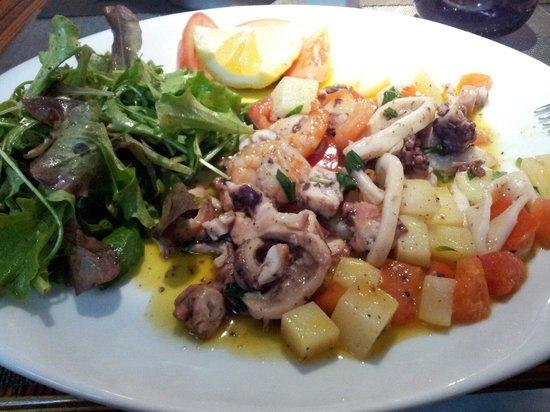 La Villa d'Este: Salade de poulpe tiède elle est bonne mais la meilleure c chez légende à sousse tunisie