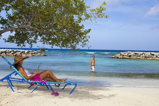De Palm Island: Free beach lounge chairs
