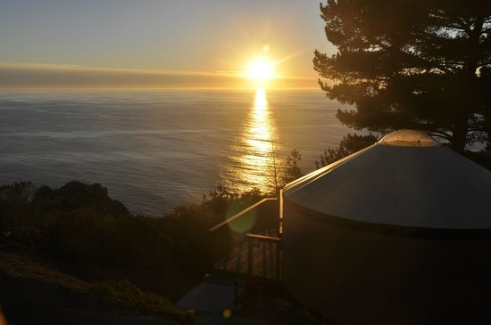 Treebones Resort : Sunset over yurt