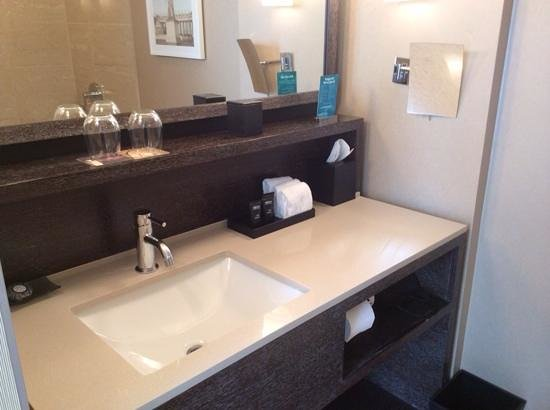 Kimpton Hotel Palomar Chicago : nice clean bathrooms with very good water pressure for showers