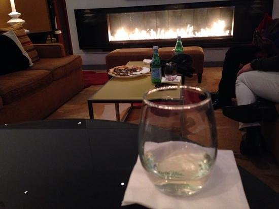 Kimpton Hotel Palomar Chicago : complimentary daily wine happy hrs with Sable flat bread in the 'living room' - lovely