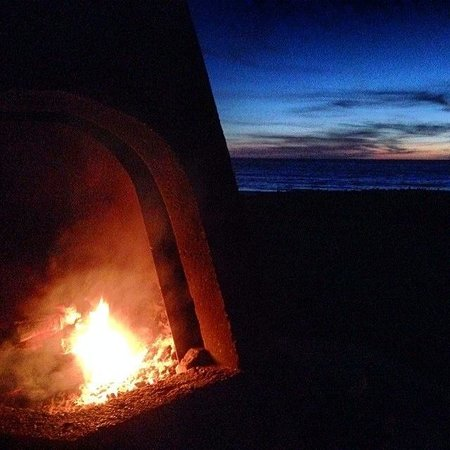 Cavalier Oceanfront Resort: Fire pit at sunset