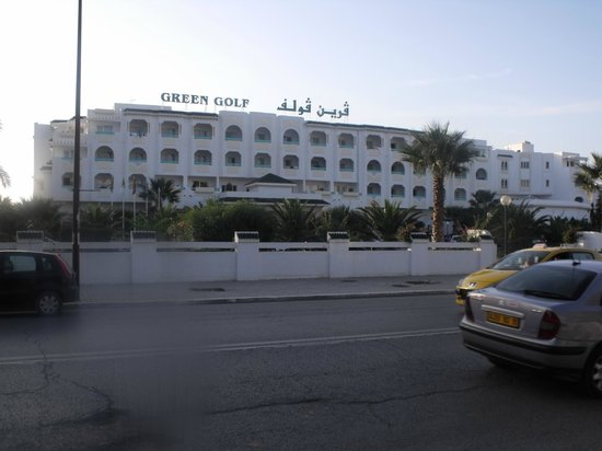 Hotel Green Golf: Front of the hotel from the main road