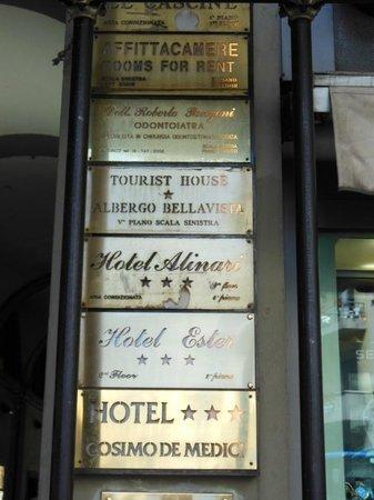 Hotel Ester: Indicação do hotel na fachada do prédio.