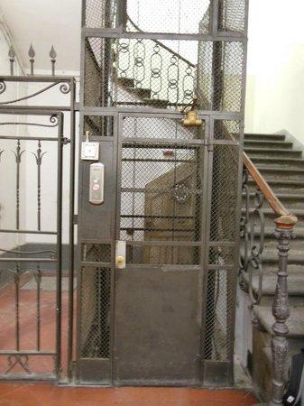 Hotel Ester: Elevador e escada. O hotel ocupa dois andares de um edifício antigo.