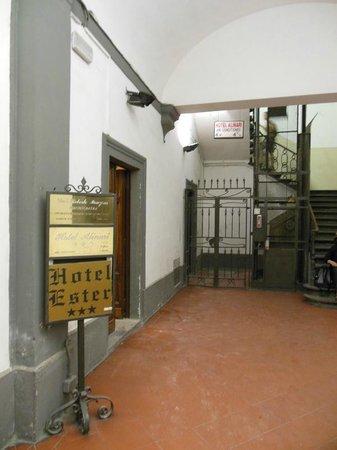 Hotel Ester: Indicação para o hotel, que ocupa dois andares de um edifício antigo.