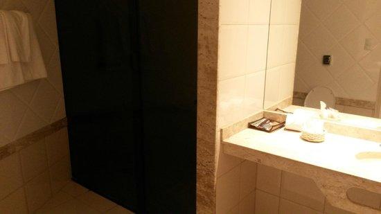 Continental Inn Hotel: Banheiro do quarto 213