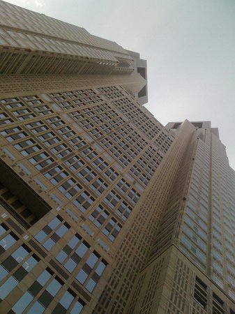 Tokyo Metropolitan Government Buildings : Visto dal basso